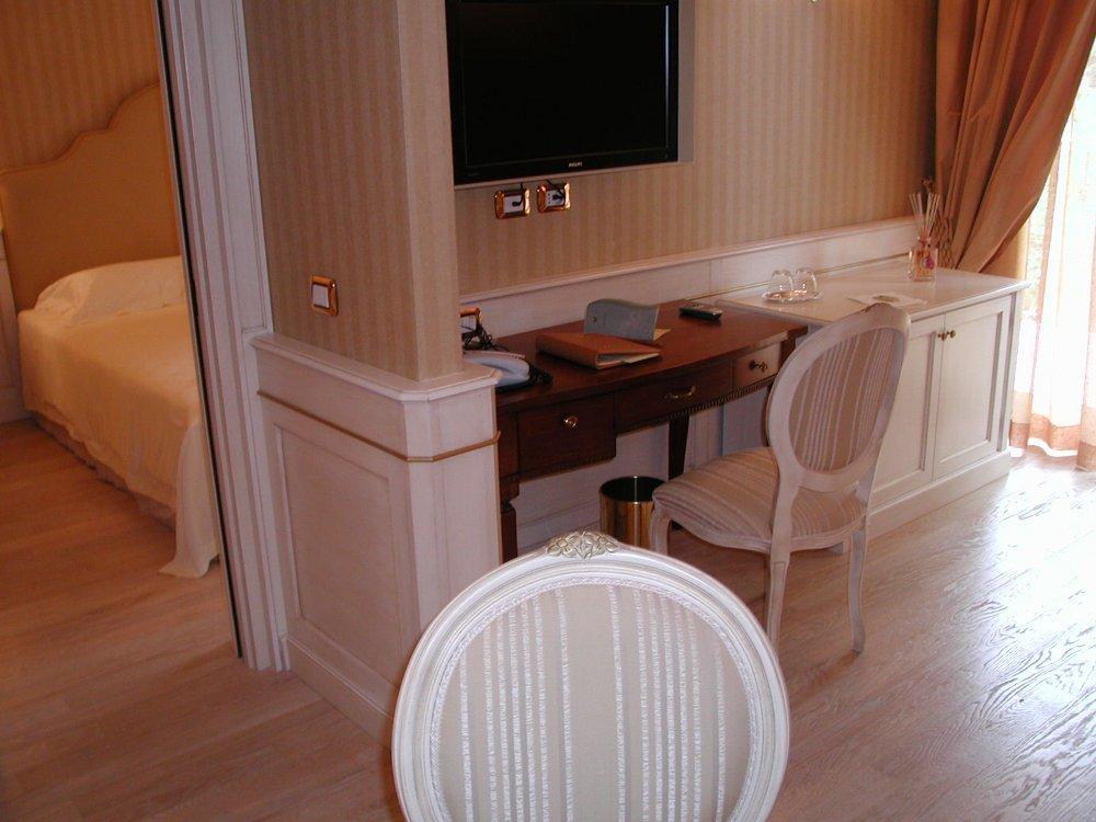 Falegnameria boiserie e controsoffitto per hotel for Gardini per arredare